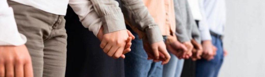מטפלים מחזיקים ידיים
